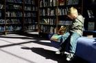 Foto bambino in biblioteca