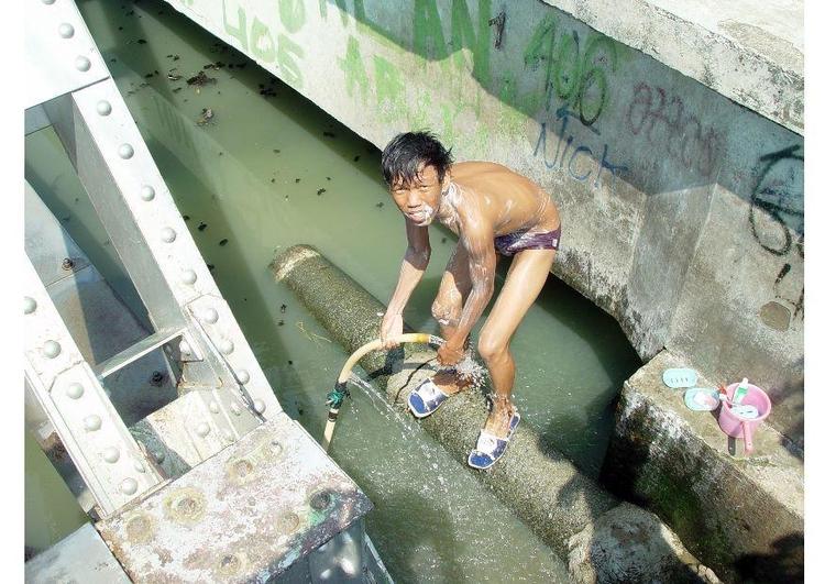 INDONESIA: Giacarta, l'alluvione e l'inquinamento dei fiumi