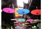 Foto strada con negozi a Shanghai