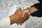 Foto stringersi la mano
